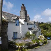 SX0990 : Cottage at the corner, Fore Street, Boscastle