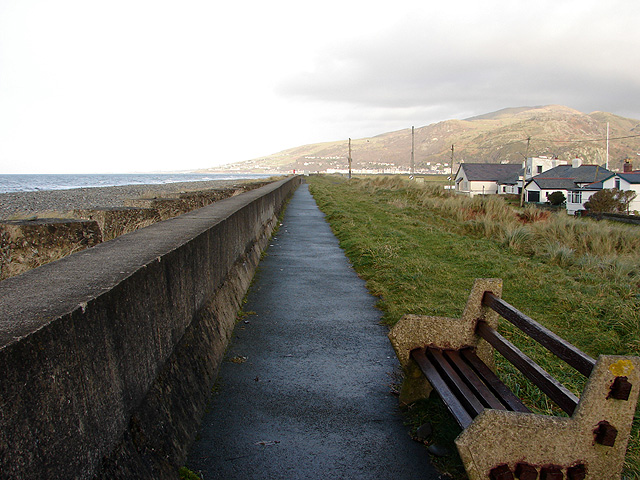 SH6113 : Sea defence wall to the north of Fairbourne