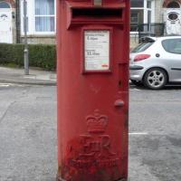 TA0388 : Elizabeth II postbox on Gladstone Road, Scarborough